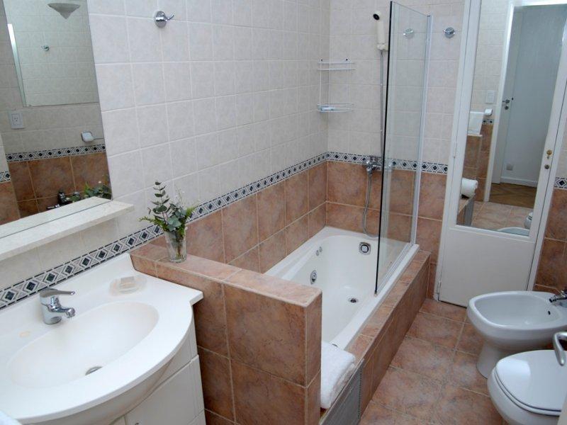 Ремонт квартир ванной комнаты санузел мраморная отделка ванной комнаты
